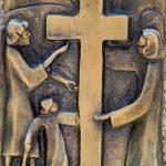 Via Crucis 05: SIMONE DI CIRENE AIUTA GESÙ A PORTARE LA CROCE