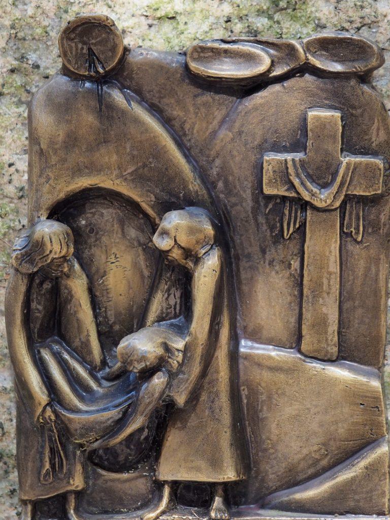 Via Crucis 14:     GESÙ È COLLOCATO NEL SEPOLCRO